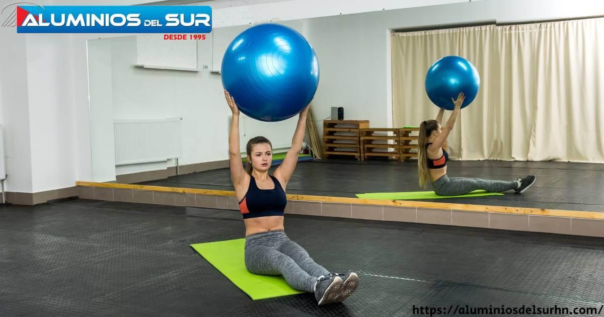 Descubre y aprocvecha Cómo ponerse en forma con Espejo Entrenamiento Fitness desde la comodiad de tu hogar con resultado Asombrosos. El programa Espejo Entrenamiento Fitness es una excelente manera de ponerse en forma haciendo ejercicio sin dejar la comodidad de su hogar. Este ejercicio incluye rutinas que utilizan su reflejo en el espejo como guía. Este entrenamiento es una excelente manera de ponerse en forma y disfrutar de los beneficios de hacer ejercicio en casa. Lindas ideas para colchonetas de yoga Las bonitas colchonetas de yoga son una excelente manera de agregar color y diversión a su práctica de yoga. El trabajo en espejo es una tendencia de fitness popular en la que puedes hacer ejercicios sin ningún equipo. Los expertos dicen que este método funciona porque involucra ambos lados del cuerpo, proporcionando más equilibrio y fuerza.